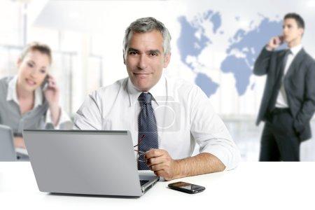 Photo pour Homme d'affaires senior expertise travail d'équipe monde carte communication globale - image libre de droit
