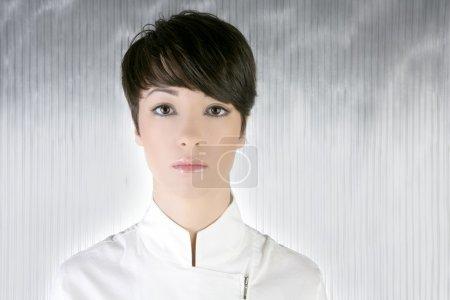 Photo pour Brune de cheveux courts pour le portrait en argent blanc femme futuriste - image libre de droit