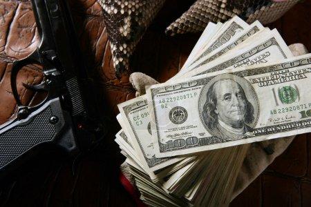 Долларовых купюр и черный пистолет