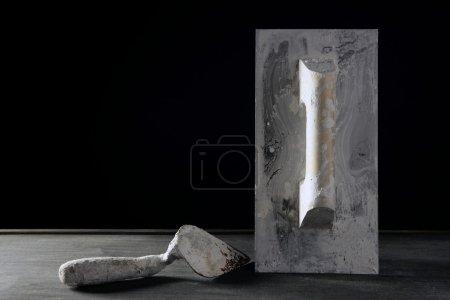 Foto de Construcción de hardware mano utiliza herramientas sucias, estudio sobre madera negra oscura - Imagen libre de derechos