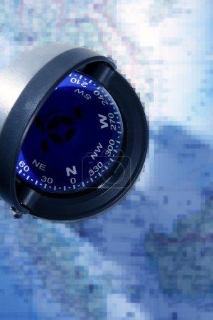 Photo pour Boussole nautique sur une carte bleue, métaphore du voyage - image libre de droit