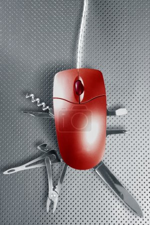 Photo pour Métaphore de souris rouge prétendant être un couteau suisse multifonction - image libre de droit