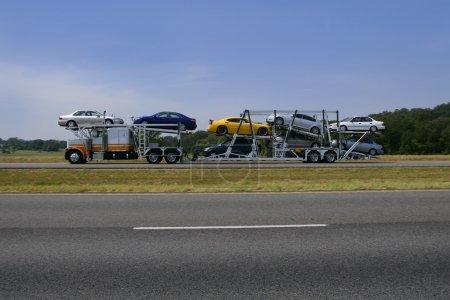 Photo pour Camion sur la route avec transport de voitures colorées - image libre de droit