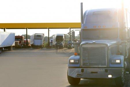 amercian gros camion sur une entrée d'autoroute