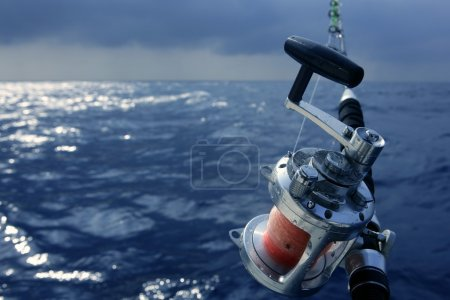 pescador bote pesca en agua salada