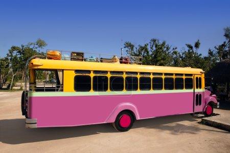 Photo pour Bus coloré jaune et rose touristique tropical véhicule - image libre de droit