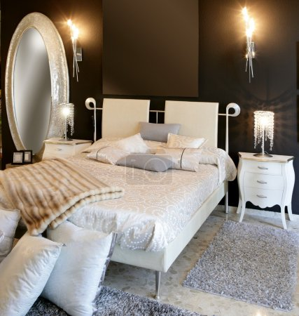 Photo pour Chambre moderne argent ovale miroir blanc lit mur noir - image libre de droit