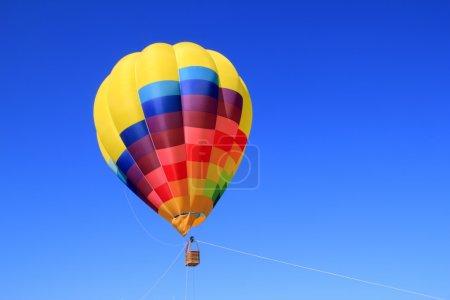 Photo pour Ballon couleurs vives colorées dans le ciel bleu navire volant - image libre de droit