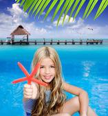 fille d'enfants blonds dans la plage tropicale de vacances été