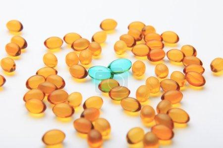 Photo pour Capsules colorées sur fond blanc - image libre de droit