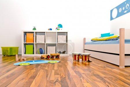 Foto de Sala de juegos infantiles con cama y rack y algunos juguetes - Imagen libre de derechos