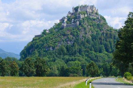 Photo pour Grand château médiéval Hohostervits, situé sur la montagne, Autriche, Karnten - image libre de droit