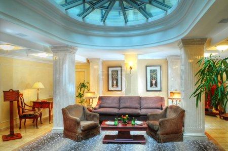 Photo pour Intérieur moderne salle de séjour de luxe dans l'hôtel - image libre de droit