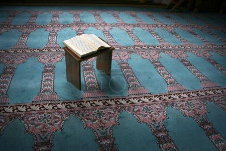 Photo pour Coran - livre sacré des musulmans - image libre de droit