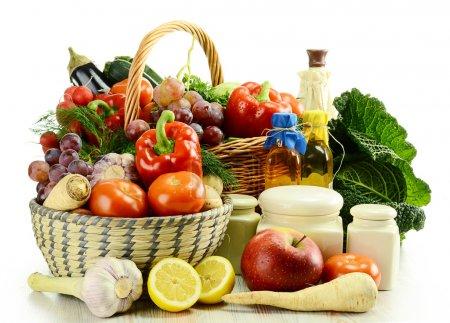 Photo pour Composition avec légumes crus et panier en osier isolé sur blanc - image libre de droit