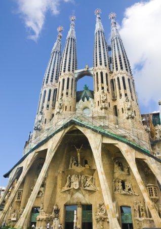 Photo pour Basilique et Eglise de la Sainte famille (basilique y templo expiatorio de la sagrada familia). Barcelone, Espagne - image libre de droit