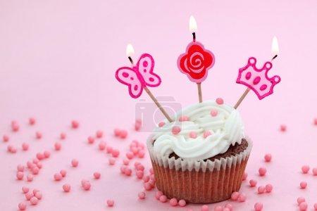 Photo pour Gâteau d'anniversaire sur fond rose - image libre de droit