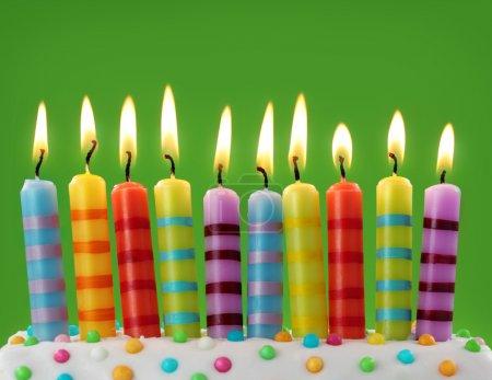 Photo pour Dix bougies colorées sur fond vert - image libre de droit