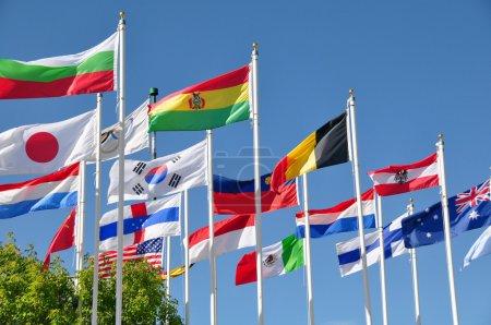 Photo pour Drapeaux internationaux flottent dans la brise au parc olympique du canada de calgary. - image libre de droit