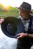 Prospektor rýžování zlata v řece