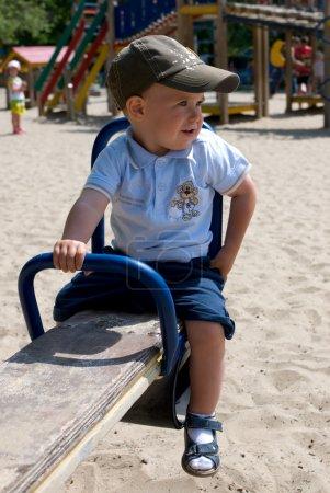 Foto de Niño en un columpio en un patio de recreo - Imagen libre de derechos