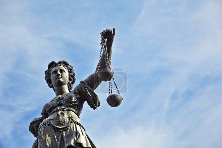 Photo pour Statue de Dame justice devant le romer à Francfort - Allemagne - image libre de droit