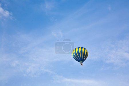Photo pour Ballon à air chaud dans un ciel nuageux avec des avions au niveau inférieur - image libre de droit