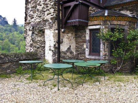 schöne Terrasse eines alten mittelalterlichen Hauses