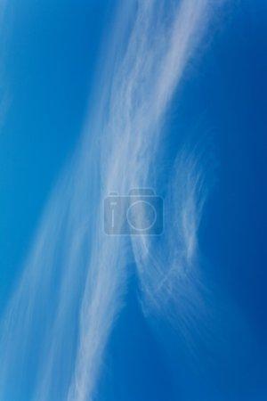 Photo pour Beau ciel bleu avec des nuages légers - image libre de droit