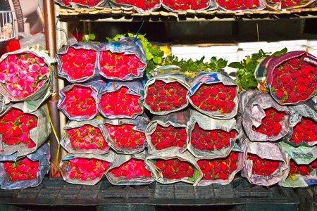 Photo pour Belles roses emballées en paquets au marché aux fleurs central - image libre de droit