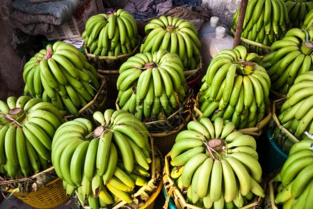 Photo pour Bananes fraîches au marché du matin au bangthe - image libre de droit