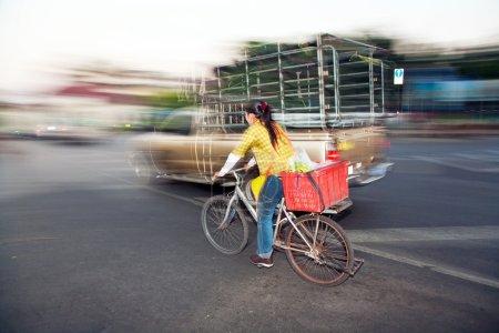 Photo pour Femme conduisant à la maison du marché du matin avec son vélo - image libre de droit