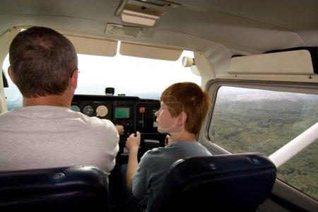 Photo pour Jeune poy vole l'arcraft comme copilote - image libre de droit