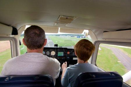 Photo pour Garçon est landung un cessna à l'airstripe - image libre de droit