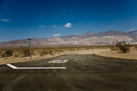 Photo pour Conduite SR 190 à travers la vallée de la mort dans la petite vallée de Panamint et la chaîne d'ardoise von Wildrose, direction aus Ridgecrest, vue sur les montagnes de Panamint - image libre de droit