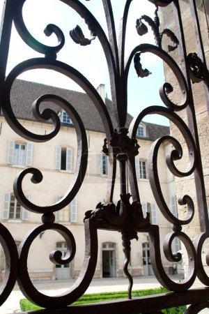 Photo pour Fenêtre avec grille de fenêtre en fer dans le célèbre hospice de Beaune, France - image libre de droit