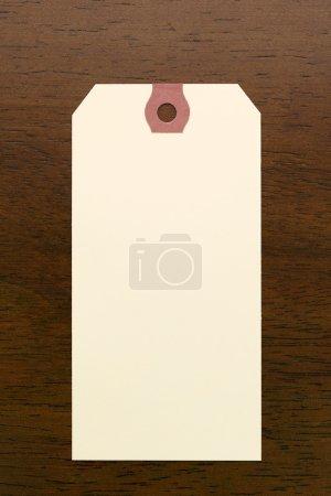 Photo pour Étiquette vierge sur table en bois - image libre de droit