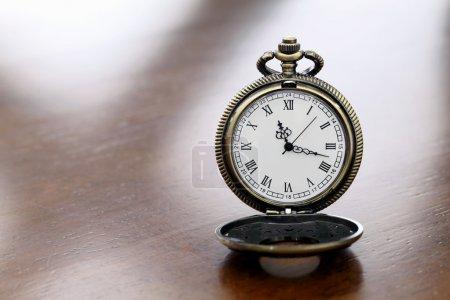 Photo pour Montre de poche sur la table en bois - image libre de droit