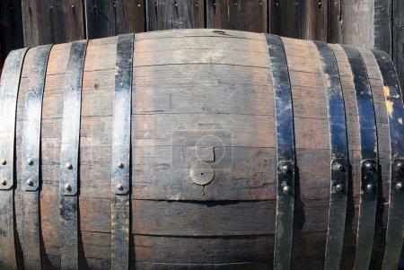 Photo pour Vieux tonneau en bois pour l'alcool - image libre de droit