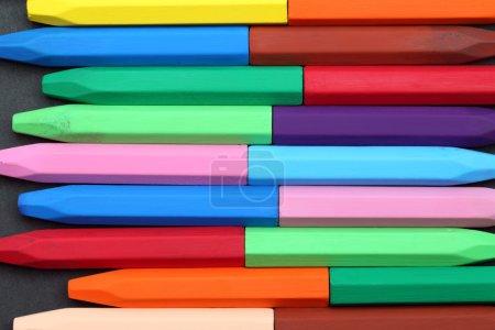 Photo pour Crayons colorés sur fond noir - image libre de droit