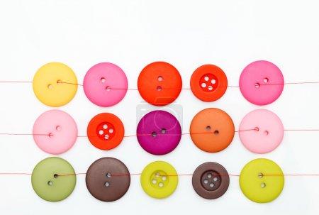 Photo pour Boutons colorés isolés sur fond blanc - image libre de droit