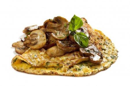 Photo pour Omelette d'herbes et de champignons, garnie de basi, isolée sur blanc. Délicieuse! - image libre de droit