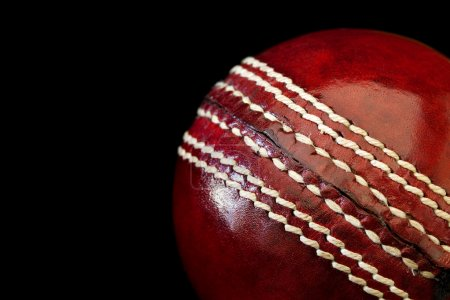 Photo pour Balle de cricket en gros plan, sur fond noir. Profondeur de champ faible . - image libre de droit