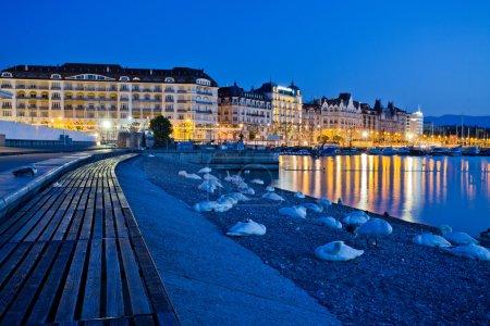 Photo pour Vue sur la ville de Genève, en Suisse, avec le mont Salève en arrière-plan - image libre de droit