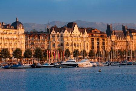 Photo pour La ville de Genève, à la lumière de soleil du matin - image libre de droit