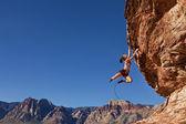 žena horolezec k útesu