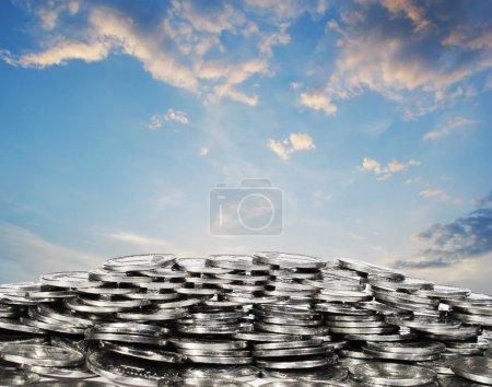 Photo pour Des fentes blanches sur un ciel bleu de fond. Métaphore des affaires et de la richesse. Graphismes d'art de pixel. - image libre de droit