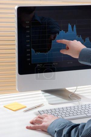 Photo pour Analyse moderne des affaires (marché boursier) avec ordinateur : axée sur l'LCD - image libre de droit