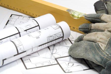 Photo pour Équipement du constructeur - plans de l'intérieur de l'architecture, niveau du constructeur et gants de protection - image libre de droit