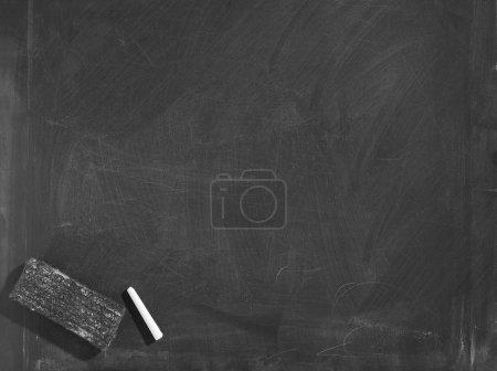 Photo pour Tableau noir avec gomme et craie, isolé avec chemin de coupe - image libre de droit